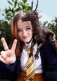 Cosplay-Cover: Hufflepuff Dragon Nerd