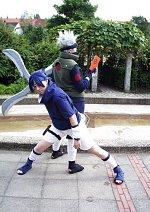 Cosplay-Cover: Sasuke Uchiha (Blau-weißes Outfit)