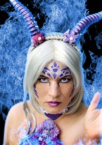 Cosplay-Cover: violettes Drachenmädchen