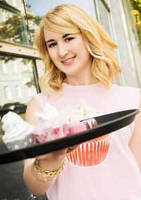 Cosplay-Cover: Caroline Westbox Canning -Cream Filled Cupcake T-S