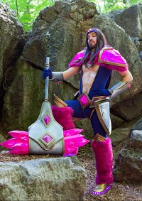 Cosplay-Cover: Taric - Age of the fifth (Rosenquarz) Skin