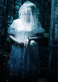 Cosplay-Cover: Woman in white