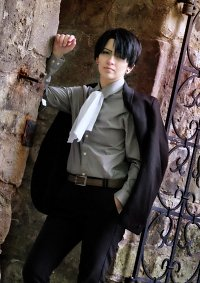 Cosplay-Cover: Levi Ackerman ♔ Suit