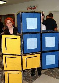 Cosplay-Cover: blauer Tetris-Stein