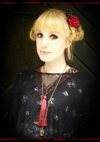 Cosplay-Cover: Casual Dolly in Black and Red