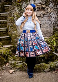 Cosplay-Cover: Lady Sloth Kirchenfensterrock blaue Kombi