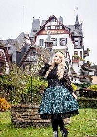Cosplay-Cover: dunkelgrüner Schneeflockenrock Schwarze Kombi