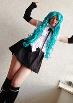 Cosplay-Cover: Miku Hatsune [Schuluniform]